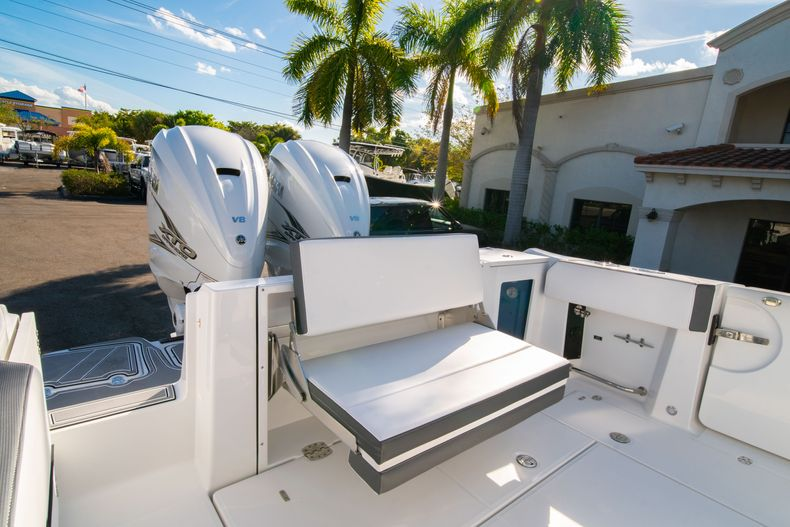 Thumbnail 12 for New 2020 Blackfin 332CC boat for sale in Fort Lauderdale, FL