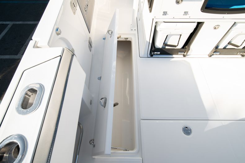 Thumbnail 28 for New 2020 Blackfin 332CC boat for sale in Fort Lauderdale, FL