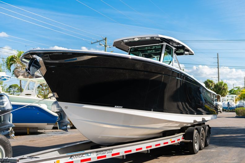 Thumbnail 4 for New 2020 Blackfin 332CC boat for sale in Fort Lauderdale, FL