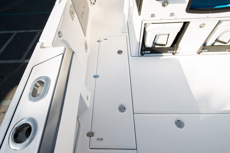 Thumbnail 27 for New 2020 Blackfin 332CC boat for sale in Fort Lauderdale, FL