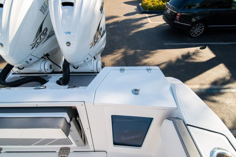 Thumbnail 17 for New 2020 Blackfin 332CC boat for sale in Fort Lauderdale, FL
