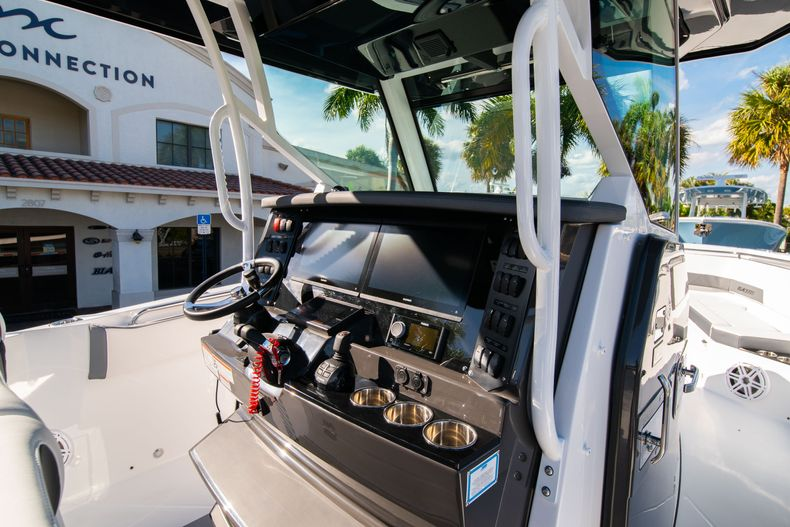 Thumbnail 33 for New 2020 Blackfin 332CC boat for sale in Fort Lauderdale, FL