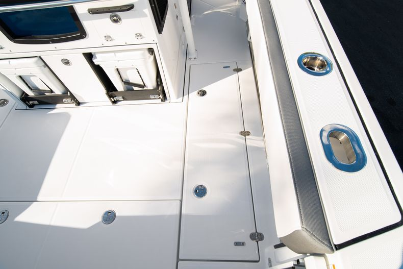 Thumbnail 20 for New 2020 Blackfin 332CC boat for sale in Fort Lauderdale, FL