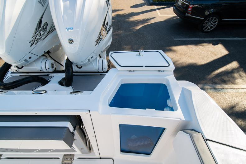 Thumbnail 18 for New 2020 Blackfin 332CC boat for sale in Fort Lauderdale, FL