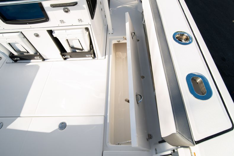 Thumbnail 21 for New 2020 Blackfin 332CC boat for sale in Fort Lauderdale, FL