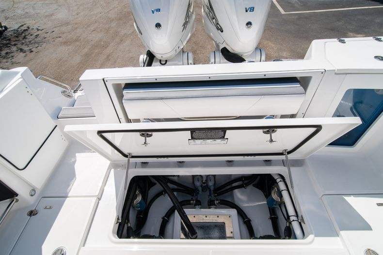 Thumbnail 12 for New 2020 Blackfin 332CC boat for sale in West Palm Beach, FL