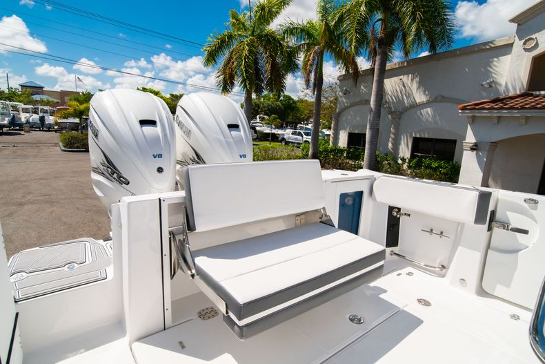 Thumbnail 10 for New 2020 Blackfin 332CC boat for sale in West Palm Beach, FL