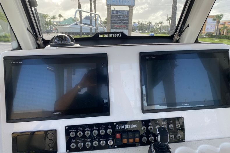 Thumbnail 11 for Used 2016 Everglades 325 CC Center Console boat for sale in Stuart, FL
