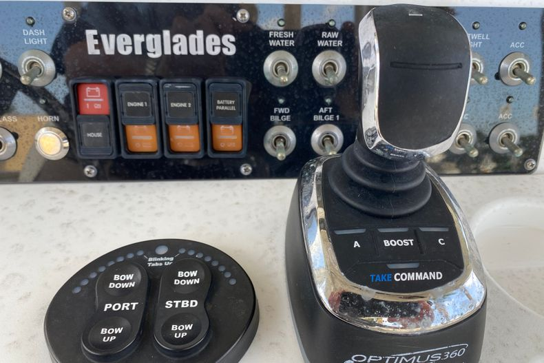 Thumbnail 12 for Used 2016 Everglades 325 CC Center Console boat for sale in Stuart, FL