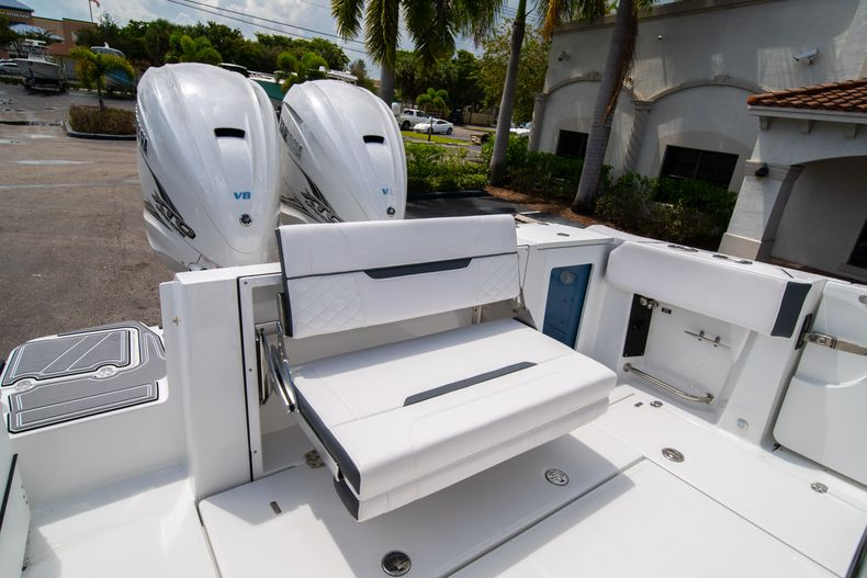 Thumbnail 13 for New 2021 Blackfin 332CC boat for sale in Fort Lauderdale, FL
