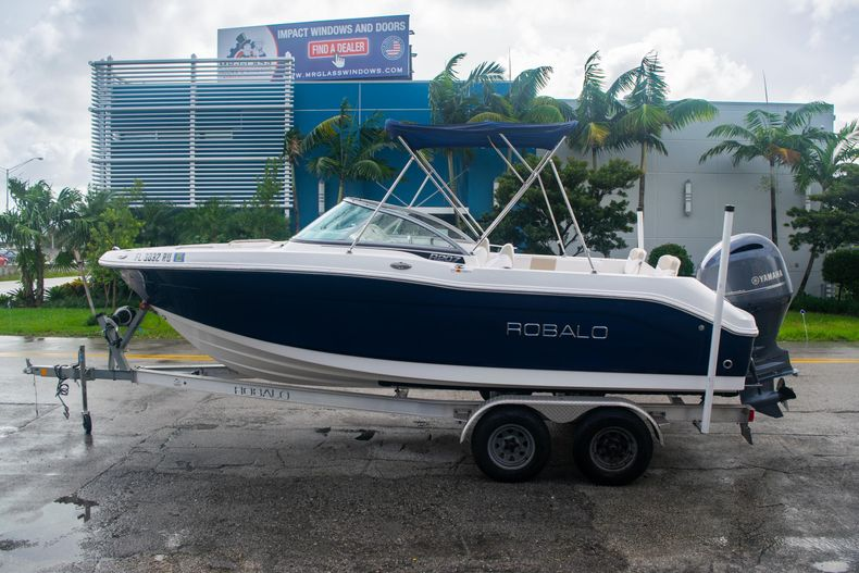 Thumbnail 4 for Used 2017 Robalo R207 Dual Console boat for sale in Miami, FL