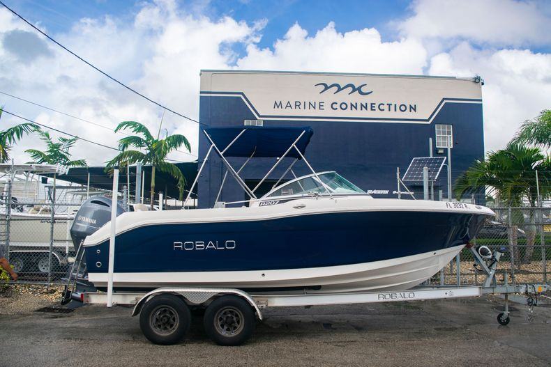 Thumbnail 0 for Used 2017 Robalo R207 Dual Console boat for sale in Miami, FL