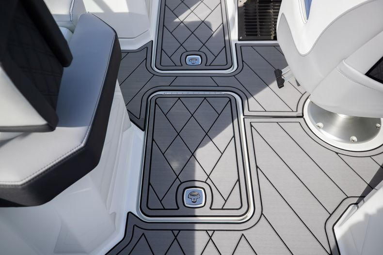 Thumbnail 34 for New 2021 Cobalt R6 boat for sale in Miami, FL