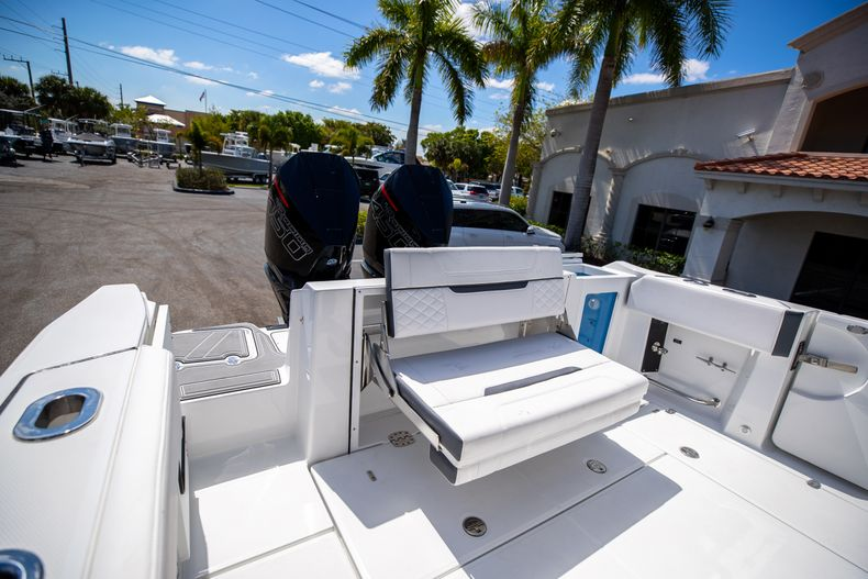 Thumbnail 10 for New 2021 Blackfin 332CC boat for sale in West Palm Beach, FL