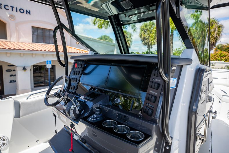 Thumbnail 18 for New 2021 Blackfin 332CC boat for sale in West Palm Beach, FL