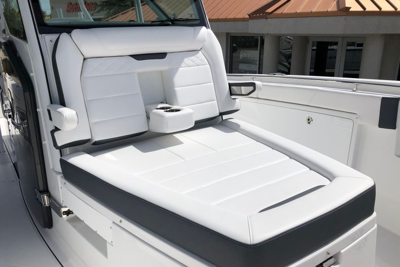 Thumbnail 18 for New 2022 Blackfin 332CC boat for sale in Vero Beach, FL