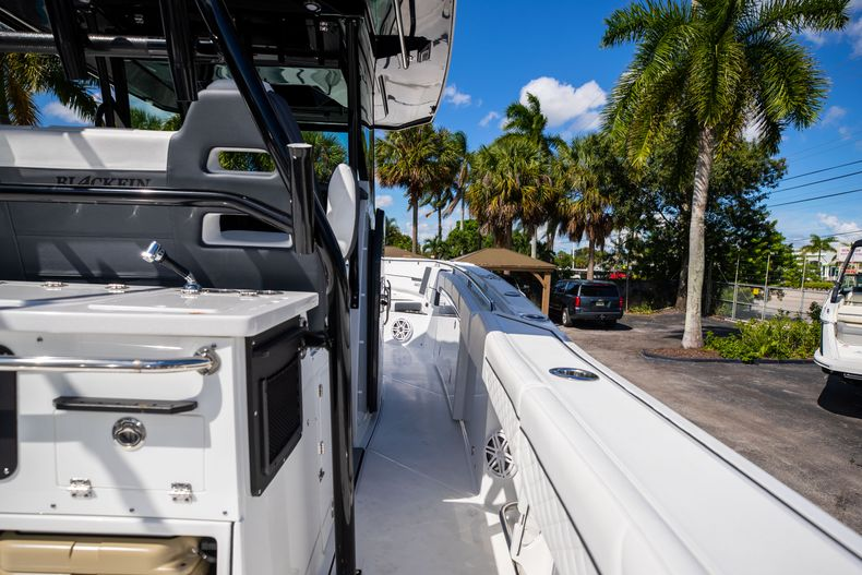 Thumbnail 19 for New 2022 Blackfin 332CC boat for sale in West Palm Beach, FL