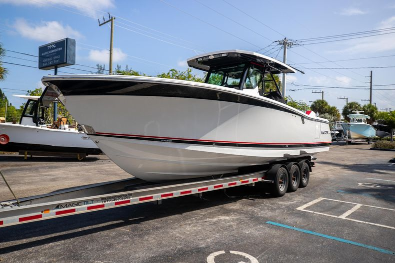 Thumbnail 3 for New 2022 Blackfin 332CC boat for sale in West Palm Beach, FL