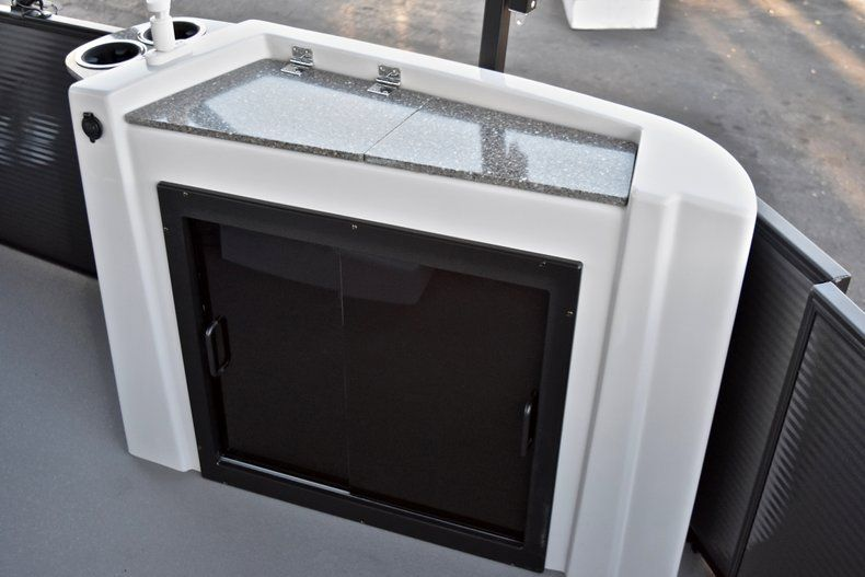Thumbnail 15 for New 2018 Sweetwater Premium 235 Wet Bar boat for sale in West Palm Beach, FL