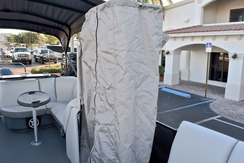 Thumbnail 35 for New 2018 Sweetwater Premium 235 Wet Bar boat for sale in West Palm Beach, FL
