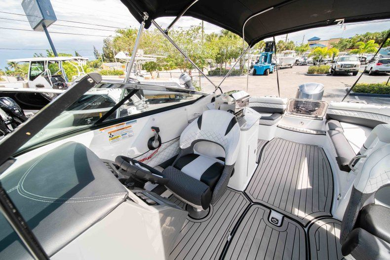 Thumbnail 30 for New 2019 Hurricane SD 2690 OB boat for sale in Vero Beach, FL