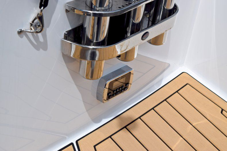 Thumbnail 9 for New 2019 Hurricane SunDeck SD 2690 OB boat for sale in Vero Beach, FL