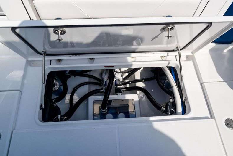 Thumbnail 17 for New 2020 Blackfin 332CC Center Console boat for sale in Fort Lauderdale, FL