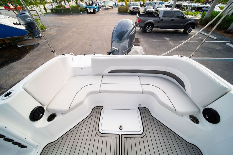 Thumbnail 9 for New 2019 Hurricane Sundeck Sport SS 231 OB boat for sale in West Palm Beach, FL